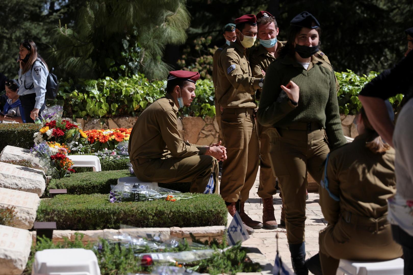 يهود متشددون يحرقون أعلاما وزهورا كانت موضوعة على قبور قتلى الجيش الإسرائيلي