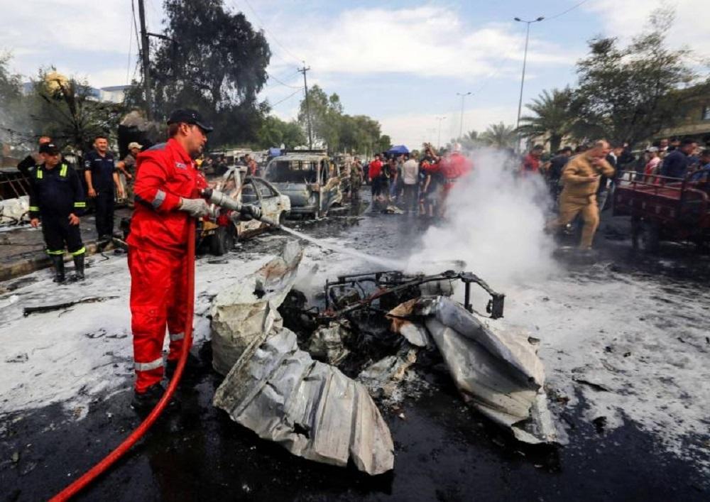 رجل إطفاء ينظف مكان الانفجار في مدينة الصدر اليوم