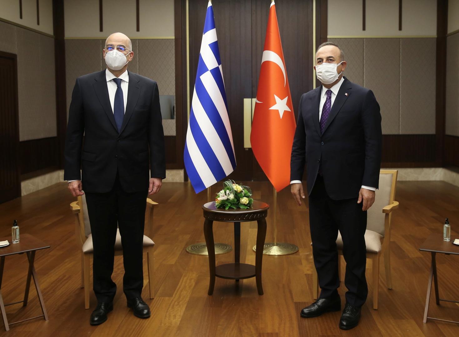 وزير الخارجية التركي، مولود تشاووش أوغلو، ونظيره اليوناني، نيكوس ديندياس (أنقرة، 15 أبريل 2021).