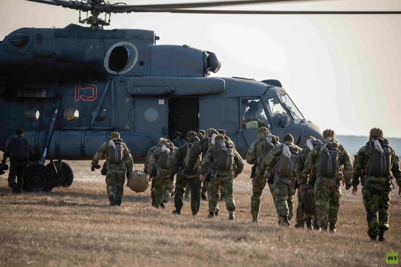 تدريبات للقوات الخاصة الروسية على الهبوط بالمظلات من مروحيات