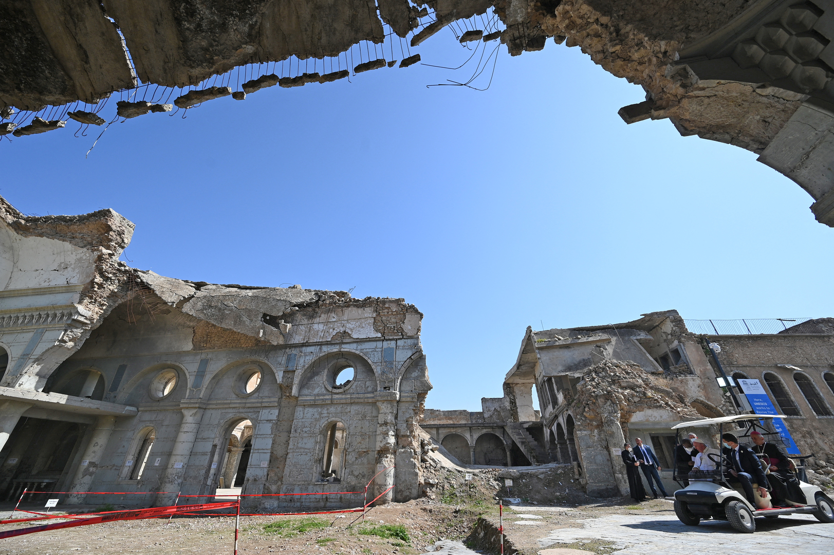 بالصور.. العثور على أموال طائلة وكميات من الذهب والفضة تحت أنقاض الموصل
