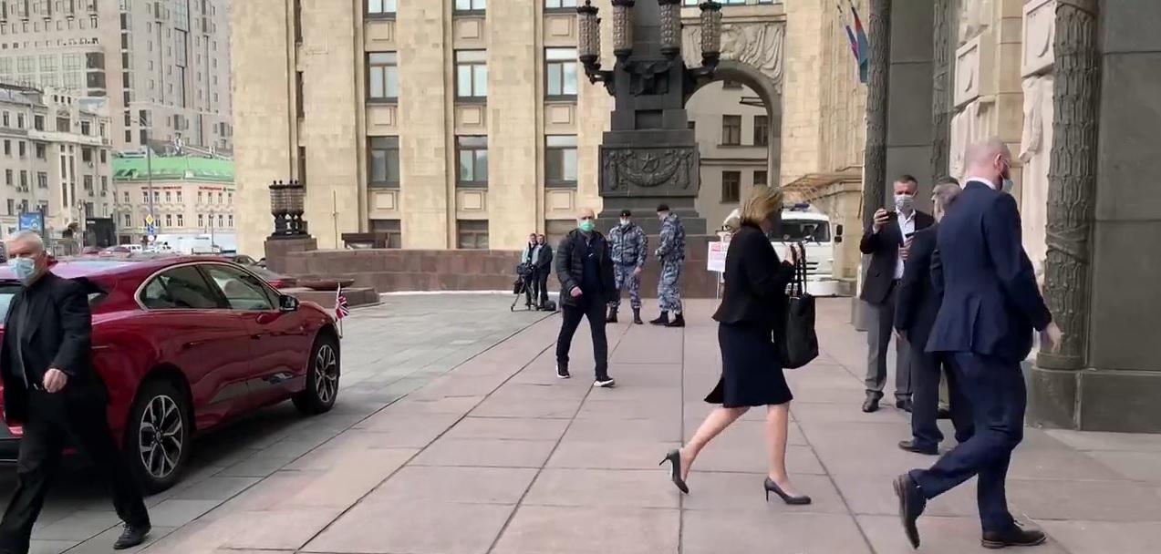 السفيرة البريطانية تمتنع عن التعليق أثناء زيارتها إلى وزارة الخارجية الروسية