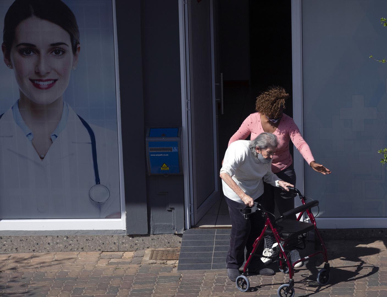 جنوب إفريقيا تبدأ حملة التلقيح بتطعيم كبار السن