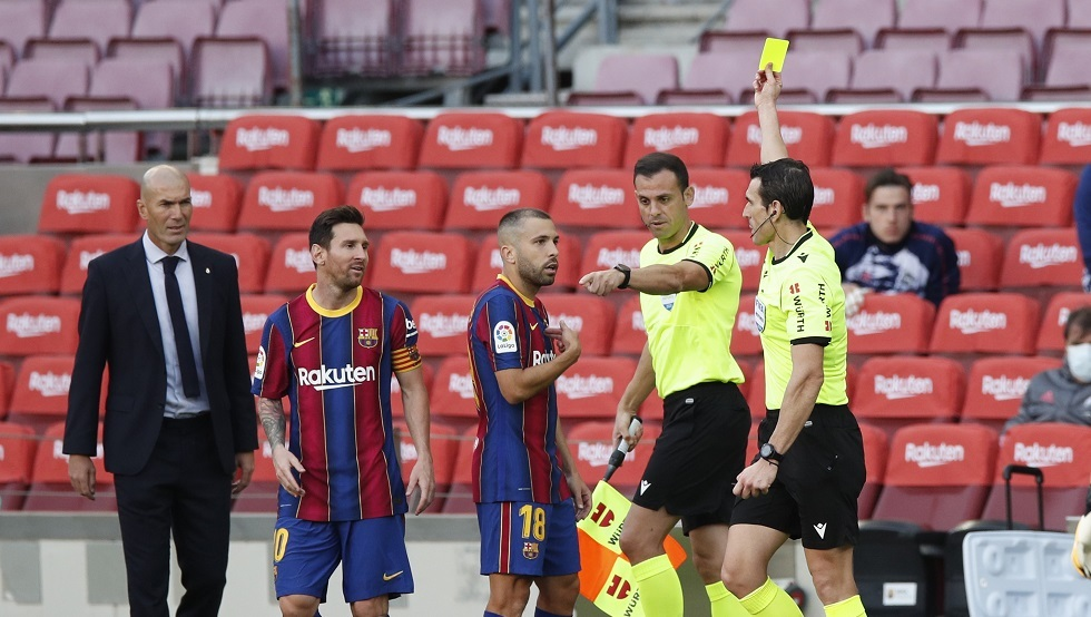 حكم نهائي كأس إسبانيا يثير مخاوف لاعبي برشلونة