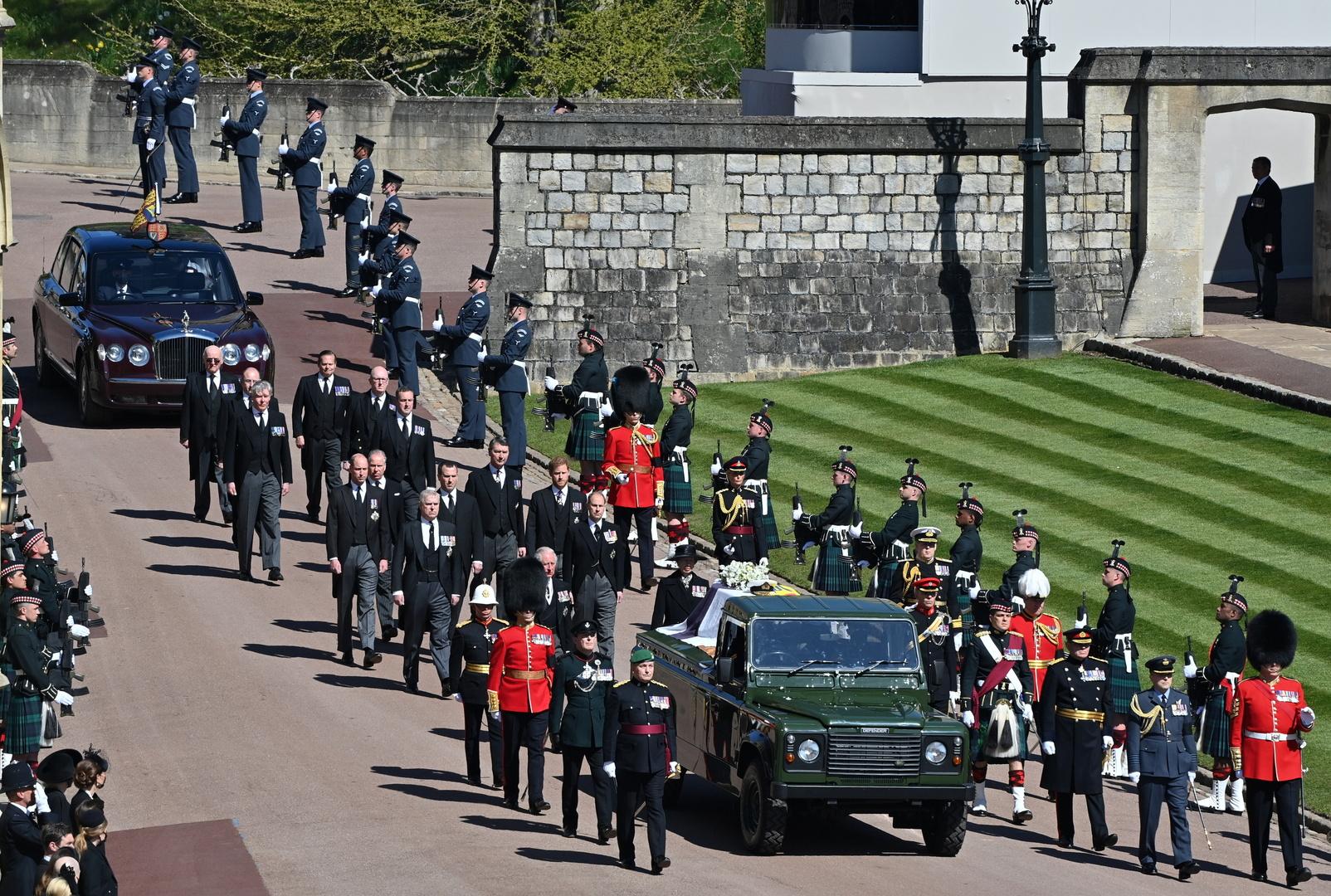 الملكة البريطانية إليزابيث تودع زوجها الأمير فيليب في رحلته الأخيرة