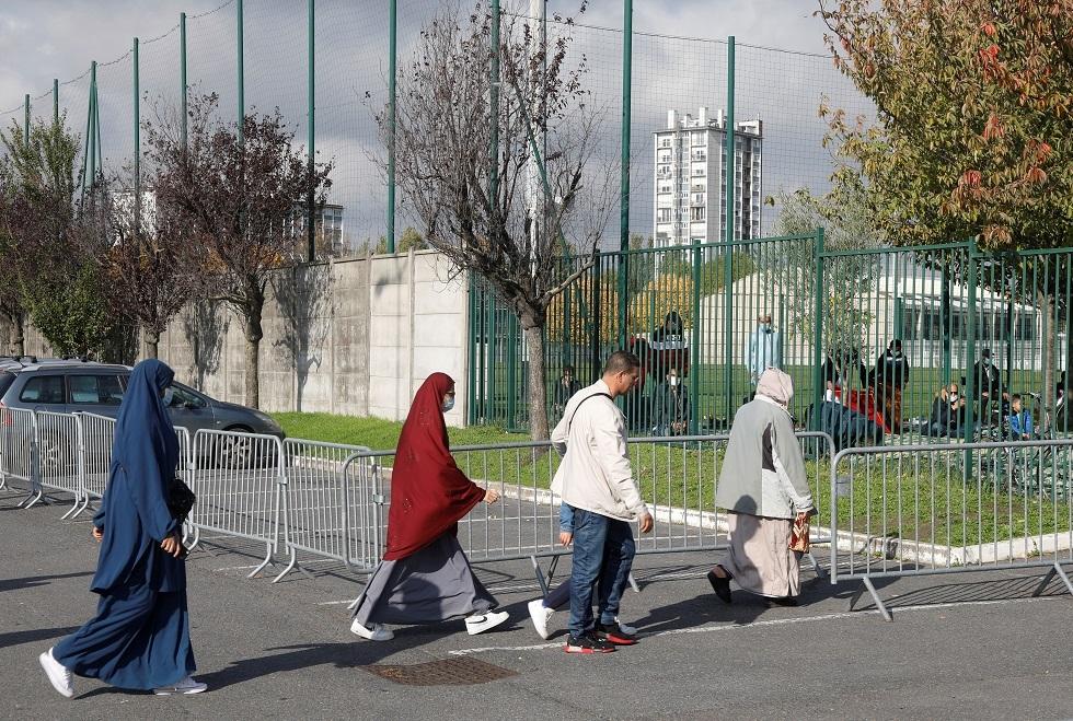 فرنسا.. احتجاج العشرات ضد مشروع بناء مدرسة إسلامية (صور)
