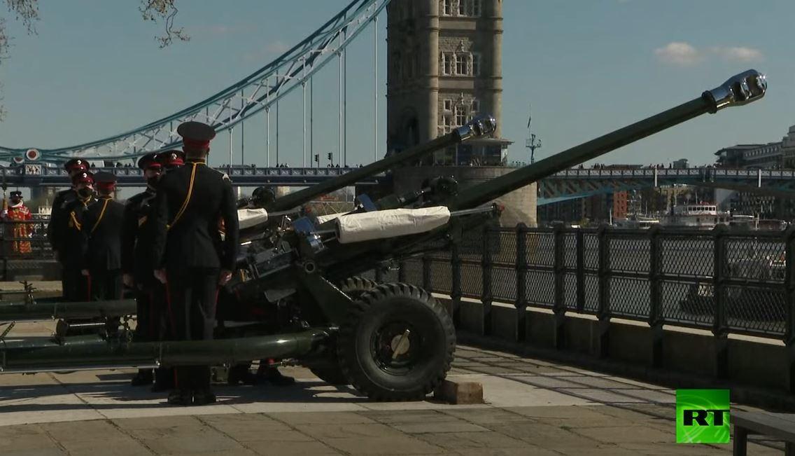إطلاق نار من المدفعية إحياء لذكرى الأمير فيليب خلال جنازته