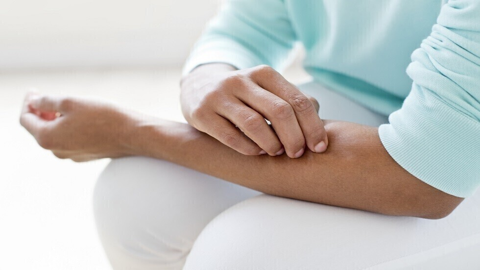 الجلد الجاف والمثير للحكة يمكن أن يكون علامة على مرض مزمن