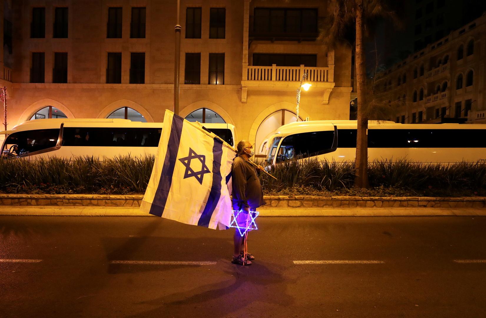 مواطن يحمل علم إسرائيل