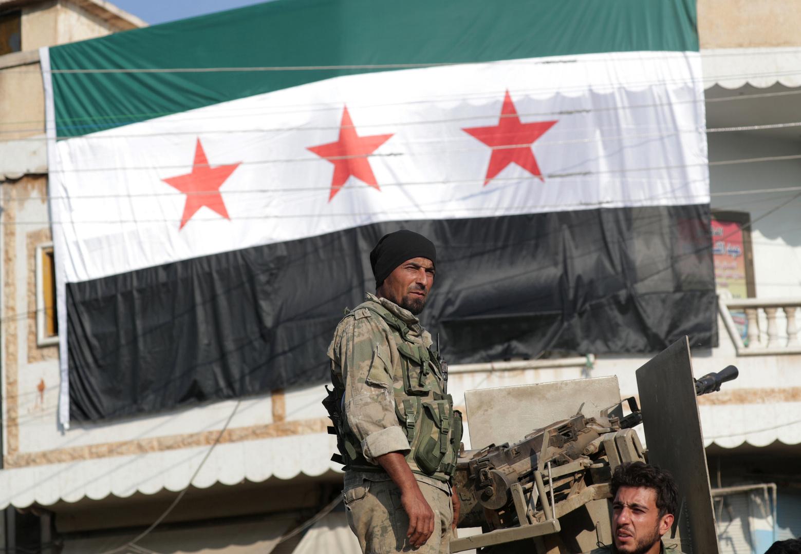 عنصران من قوات المعارضة المسلحة السورية المدعومة من تركيا في مدينة تل أبيض شمال سوريا.