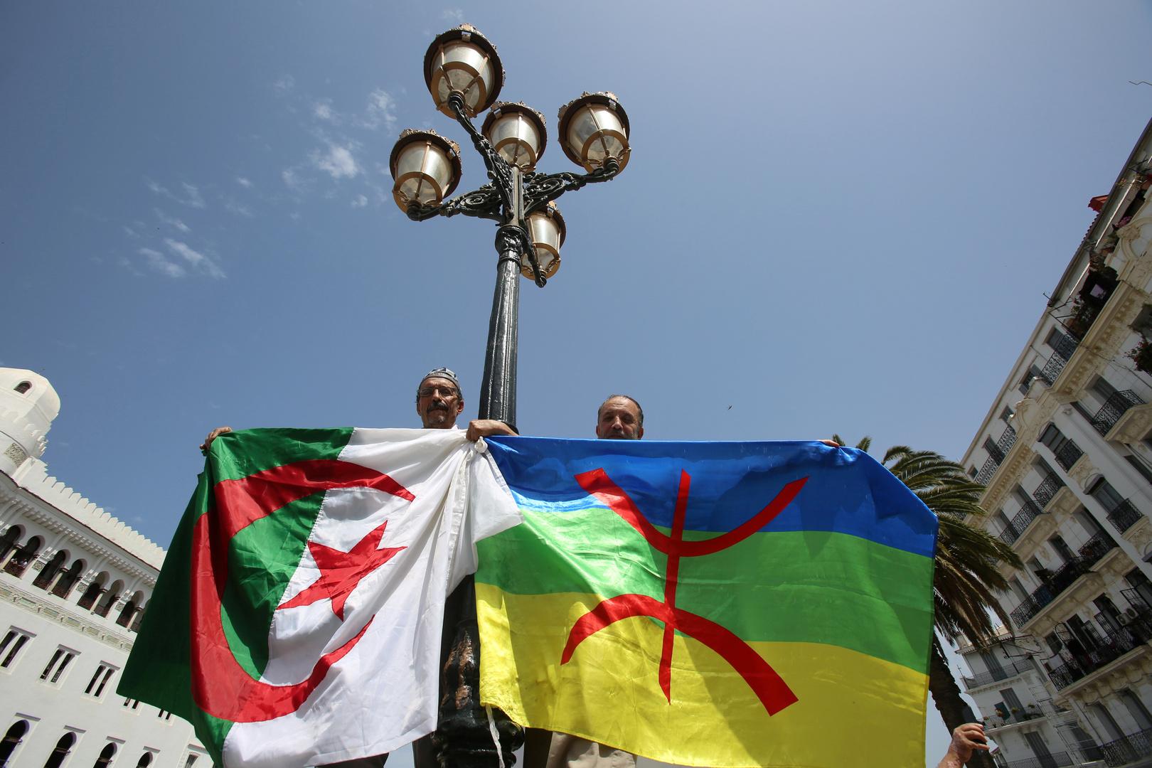 مواطنان يحملان العلم الجزائري وعلم