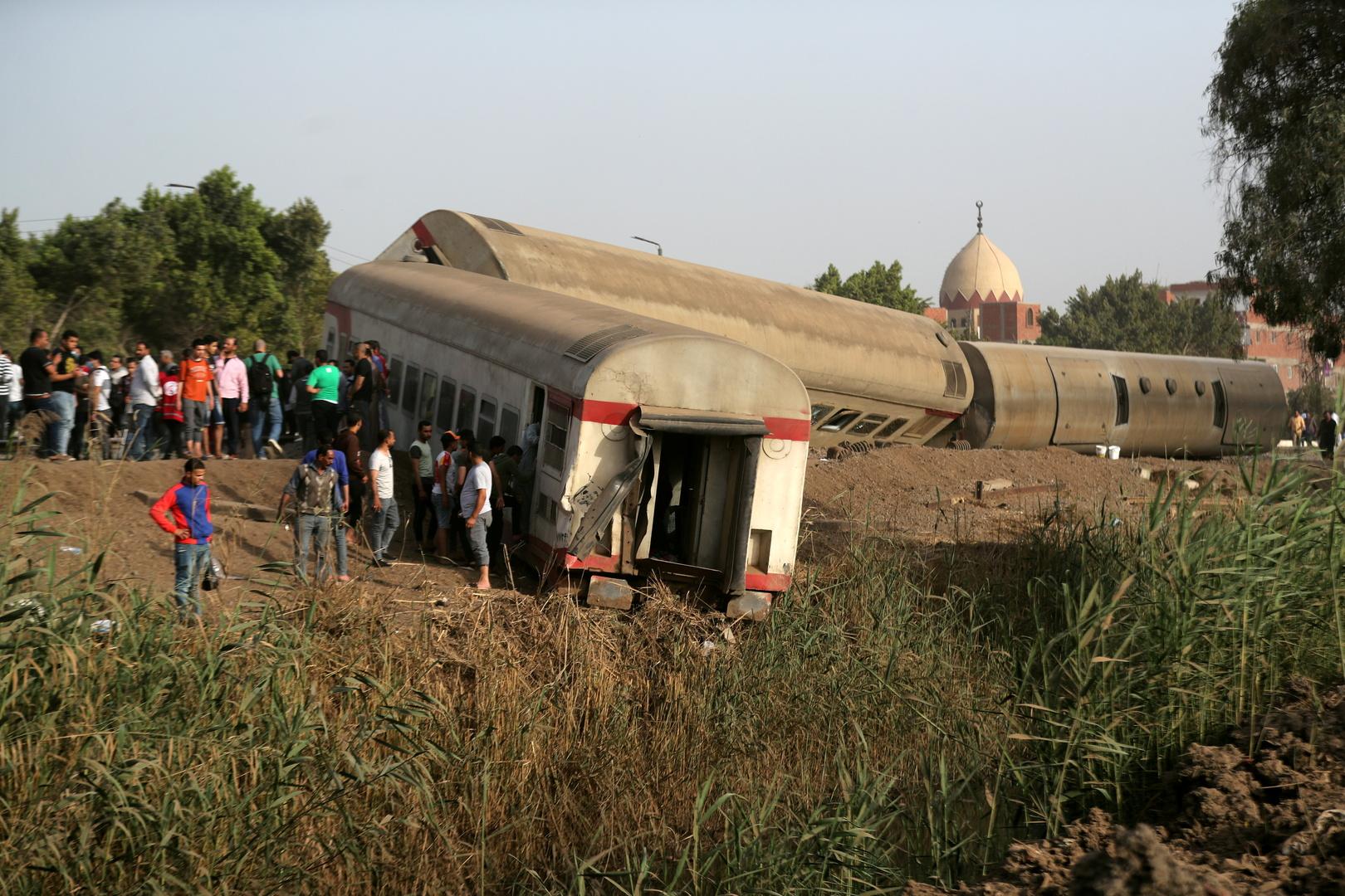 مصر.. مصادر تكشف أسباب تركيب قطع خشبية في قضبان سكة قطار طوخ