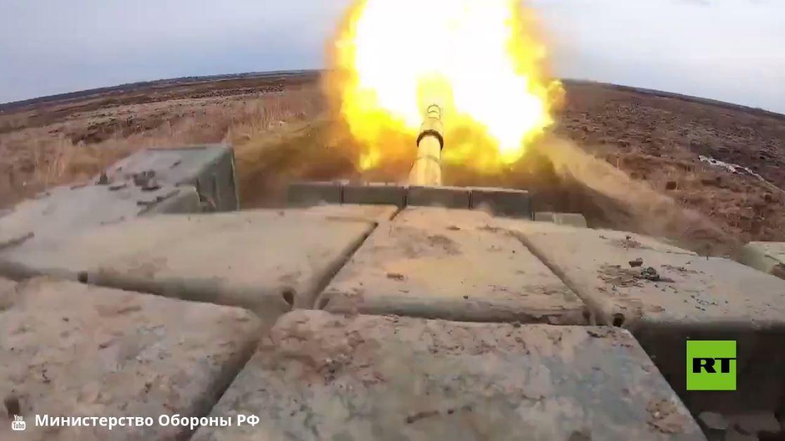 بالفيديو.. الطلاب العسكريون في خاباروفسك ينفذون رماياتهم الأولى من دبابات تي-72