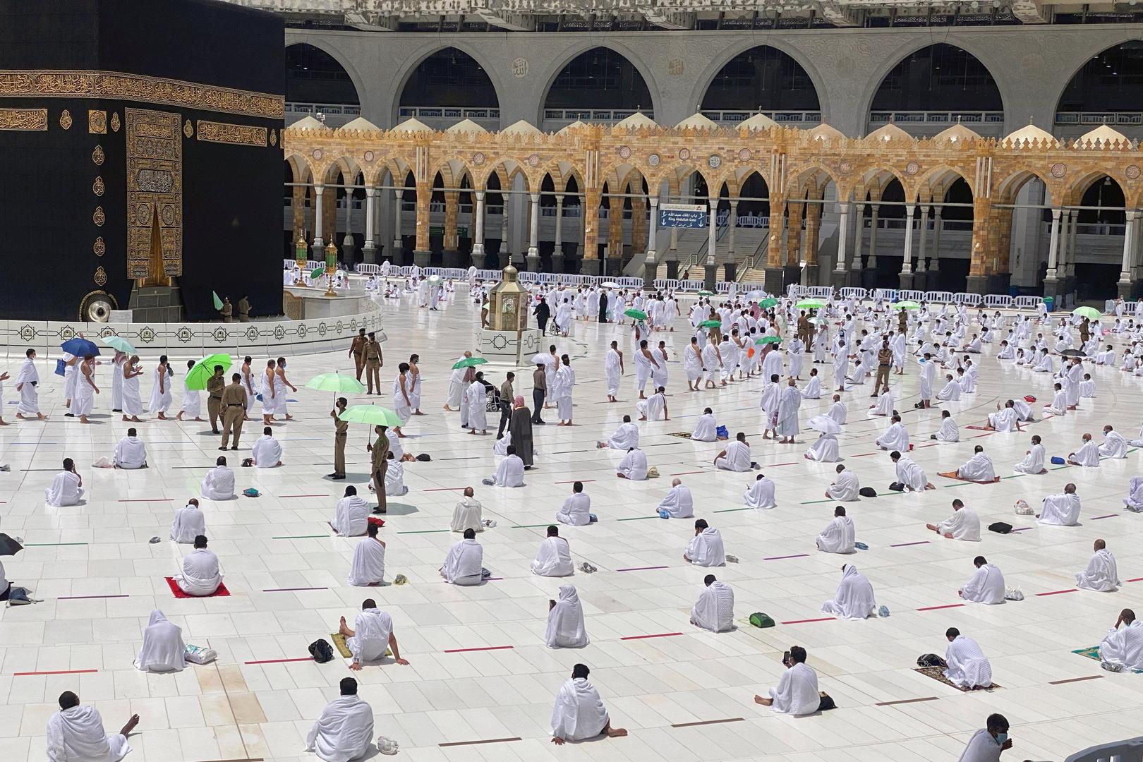 مصلون أمام الكعبة في الحرم المكي يؤدون صلاة الجمعة خلال شهر رمضان يوم 16 أبريل.