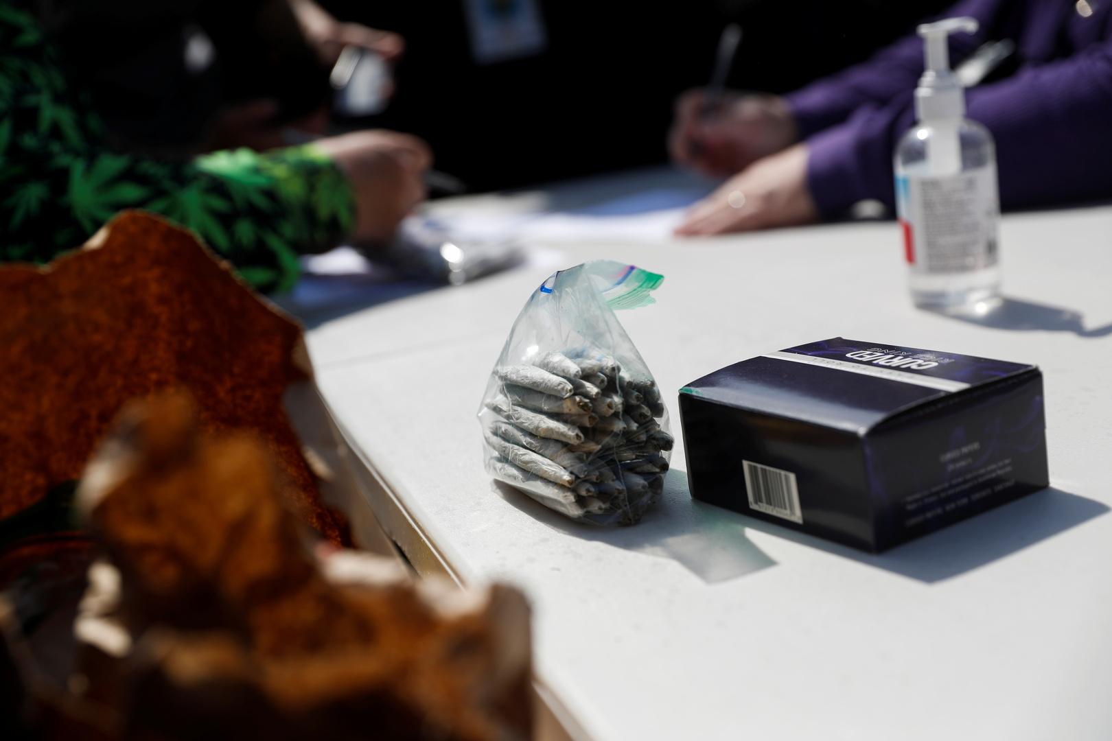 نشطاء يوزعون الماريجوانا في وسط نيويورك على من تلقوا لقاح كورونا