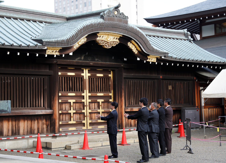 آبي يزور معبدا يحتفظ بسجلات العسكريين اليابانيين القتلى بينهم مجرمو <a href='/tags/169542-%D8%AD%D8%B1%D8%A8'>حرب</a>