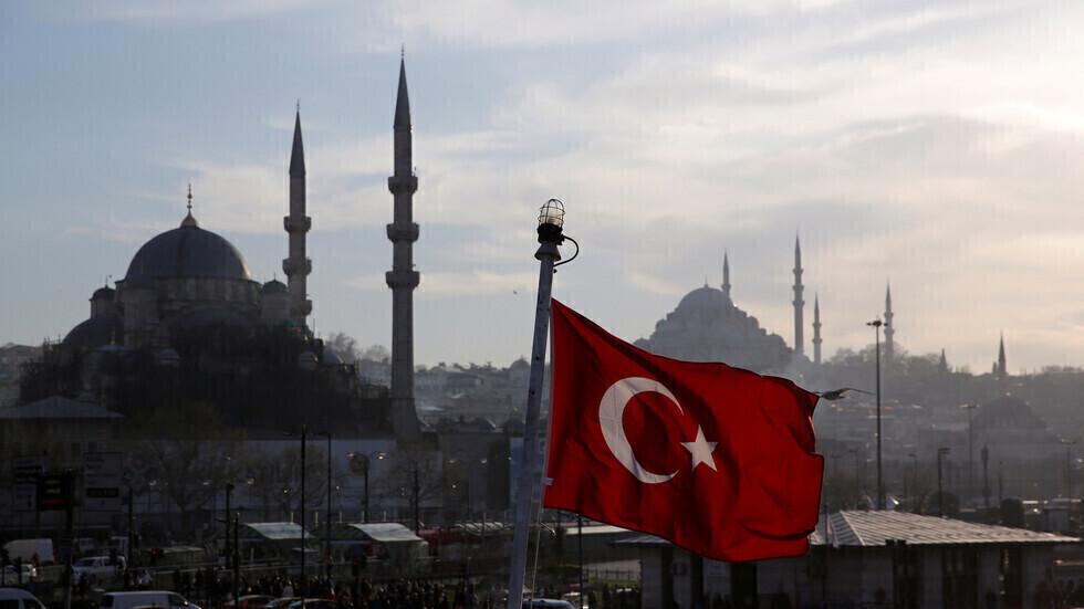 علم تركيا على خلفية اسطنبول.