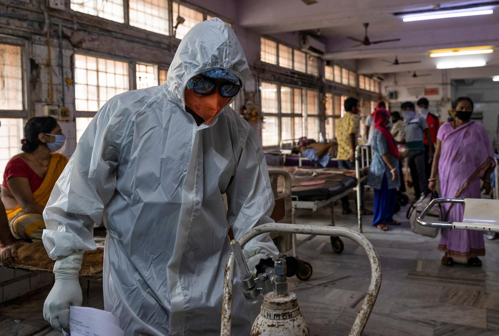 عامل طبي يفحص أسطوانة أكسجين في مستشفى جواهر لال نهرو في بيهار، الهند