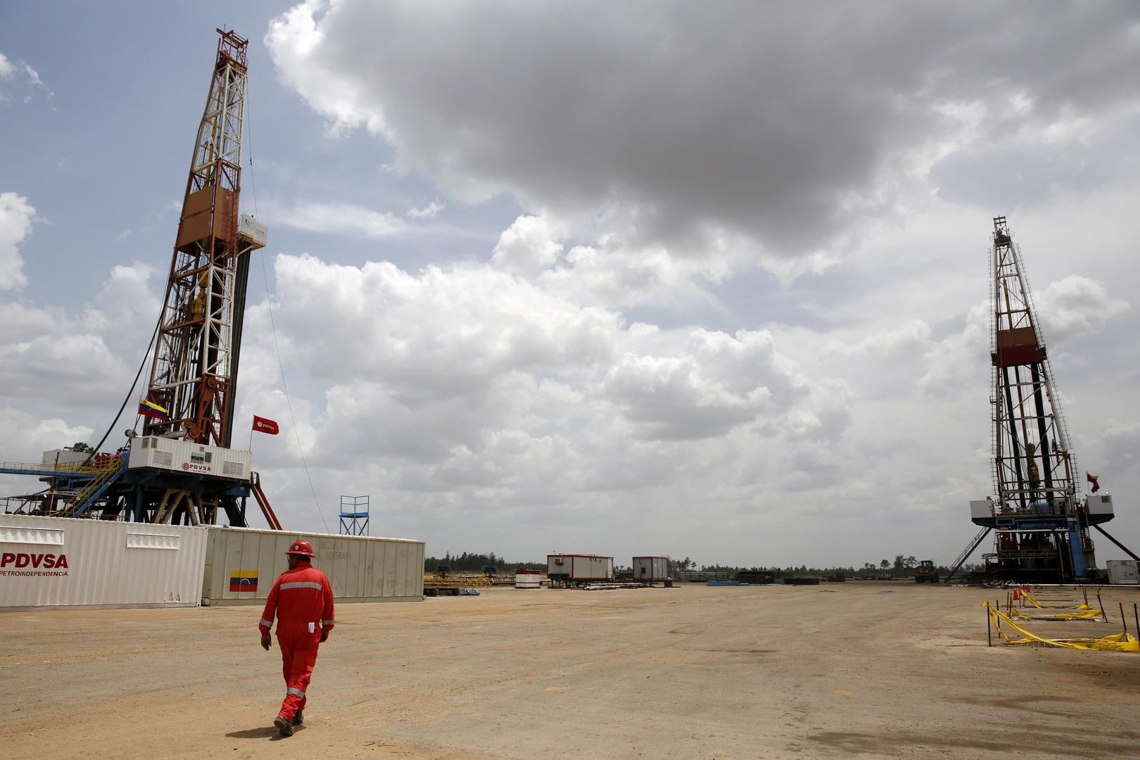 أسعار النفط تنخفض بعد بيانات غير متوقعة