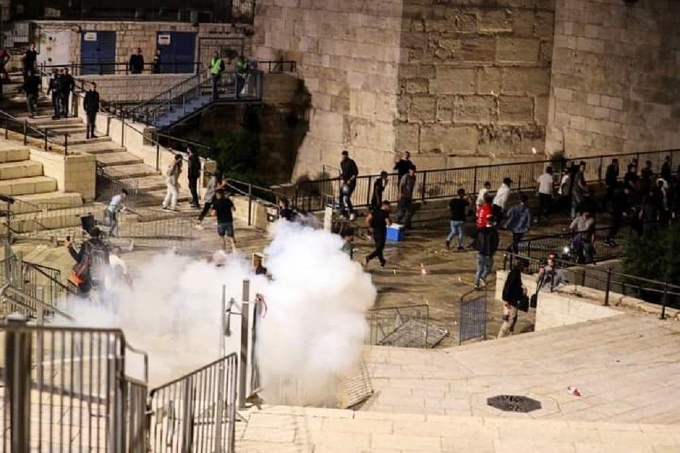 الشرطة الإسرائيلية تجبر المعتكفين على الخروج من المسجد الأقصى بالقوة