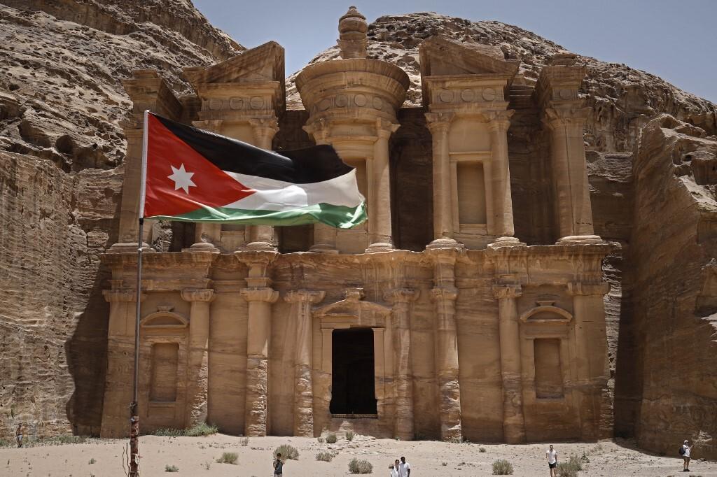 الأردن.. محامي باسم عوض الله يعلق على استثنائه من قرارات الإفراج الأخيرة
