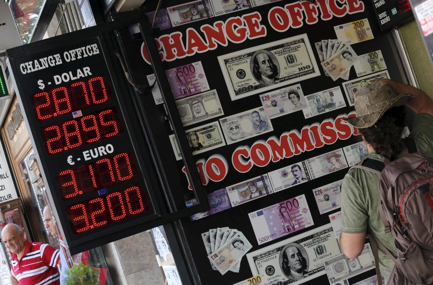 رجل يتفقد أسعار صرف العملات في مكتب صرافة في اسطنبول، تركيا، صورة تعبيرية