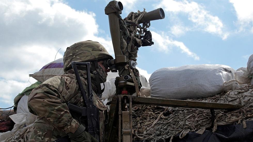 عسكري أوكراني على خط التماس في دونباس