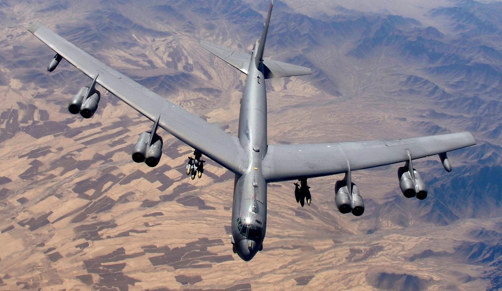 القاذفة الأمريكية B-52