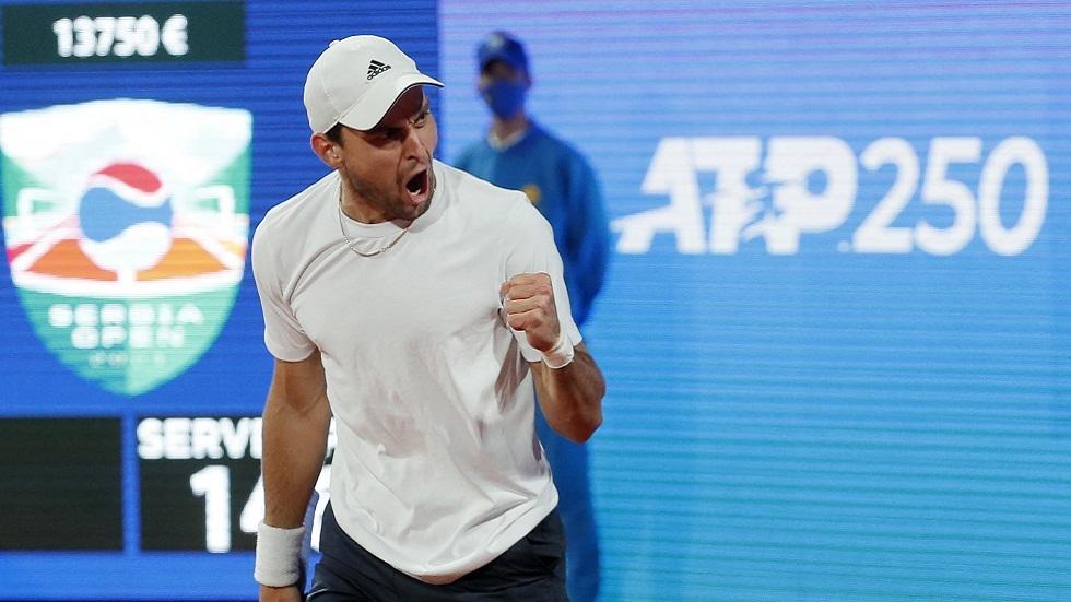 الروسي كاراتسيف يقصي دجوكوفيتش ويتأهل لنهائي بطولة بلغراد للتنس (فيديو)