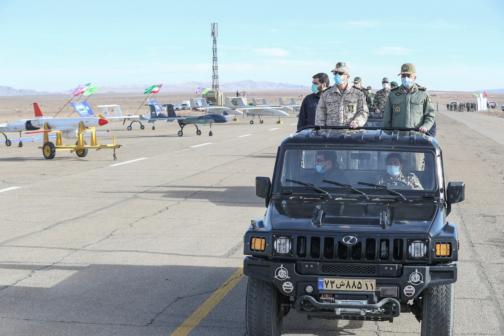 قائد الأركان الإيرانية، اللواء محمد باقري إلى جانب قادة عسكريين إيرانيين