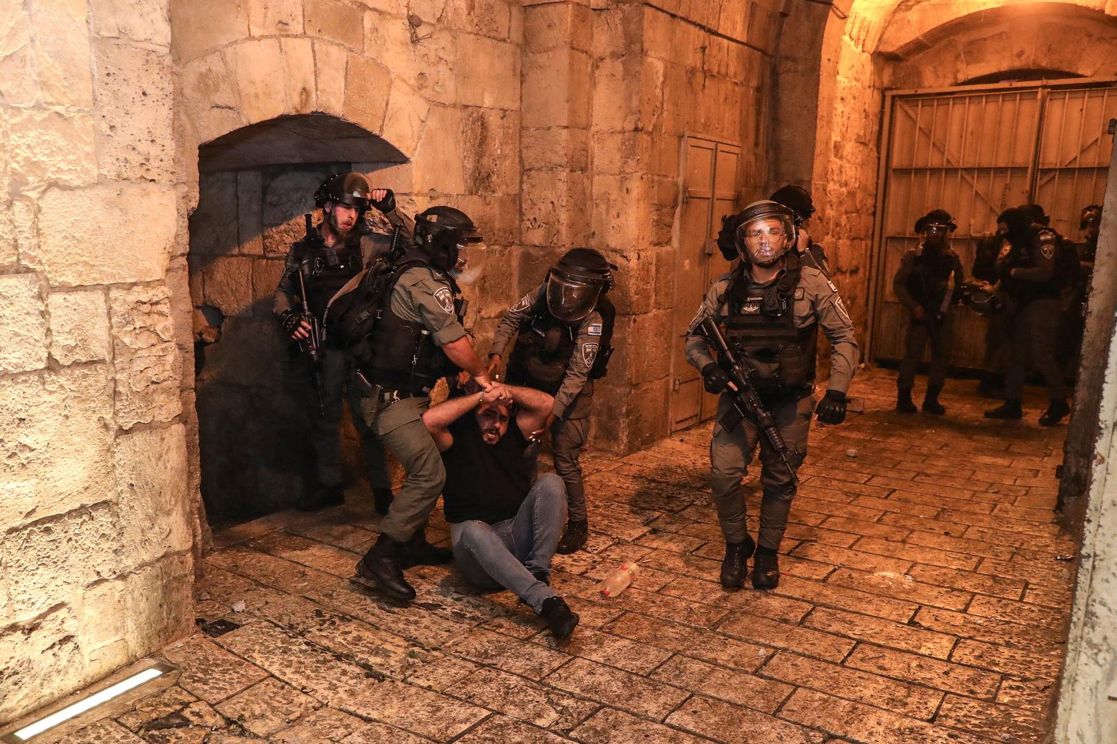 القوات الإسرائيلية تعتقل فلسطينيا في القدس، 24 أبريل 2021