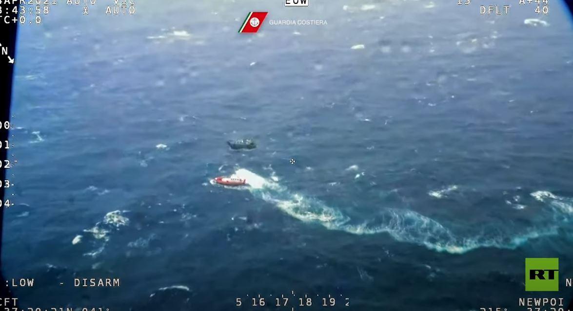 إنقاذ 100 شخص كانوا على متن قارب صيد مكتظ قبالة السواحل الإيطالية