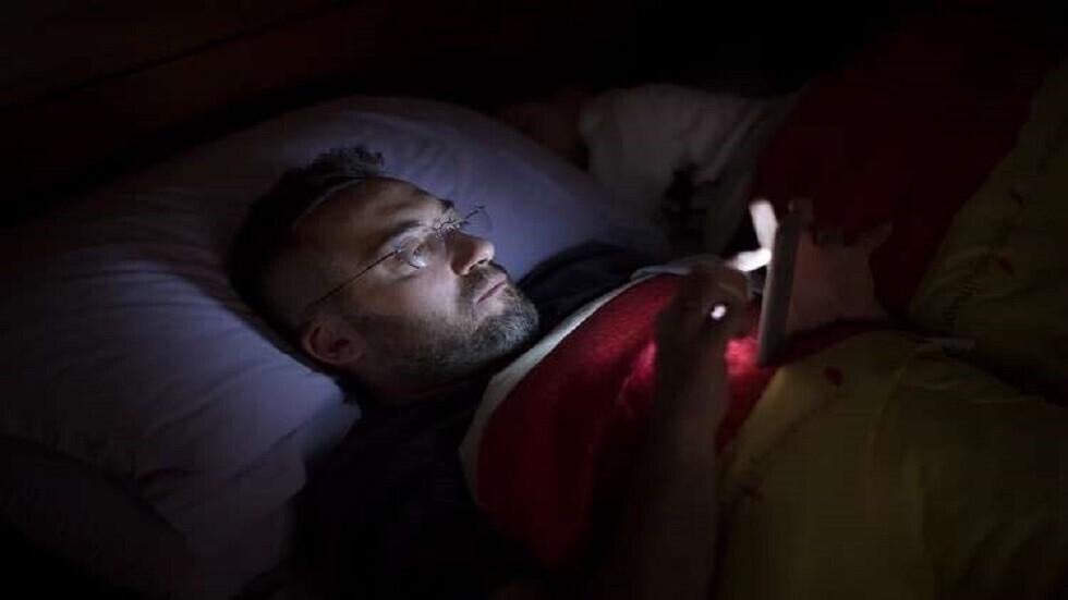 هل يساعد الوضع الليلي في الهواتف على النوم حقا؟