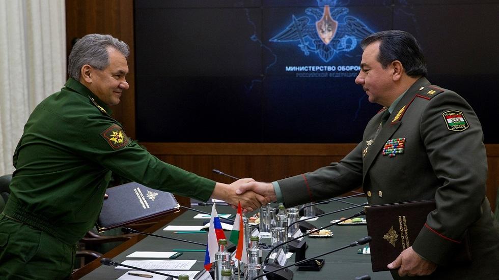وزير الدفاع  الروسي سيرغي شويغو (في اليمين) ووزير الدفاع الطاجيكي شيرعلي ميرزو (صورة من الأرشيف)