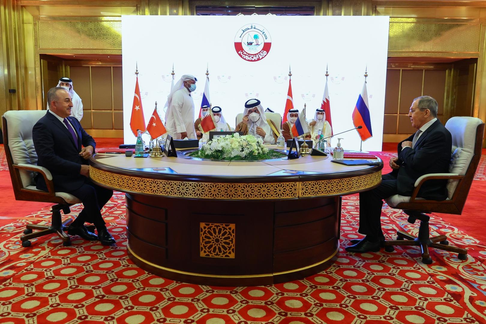 وزراء الخارجية الروسي، سيرغي لافروف، والقطري، محمد بن عبد الرحمن آل ثاني، والتركي، مولود تشاووش أغلو، خلال اجتماع في الدوحة حول الأزمة السورية.