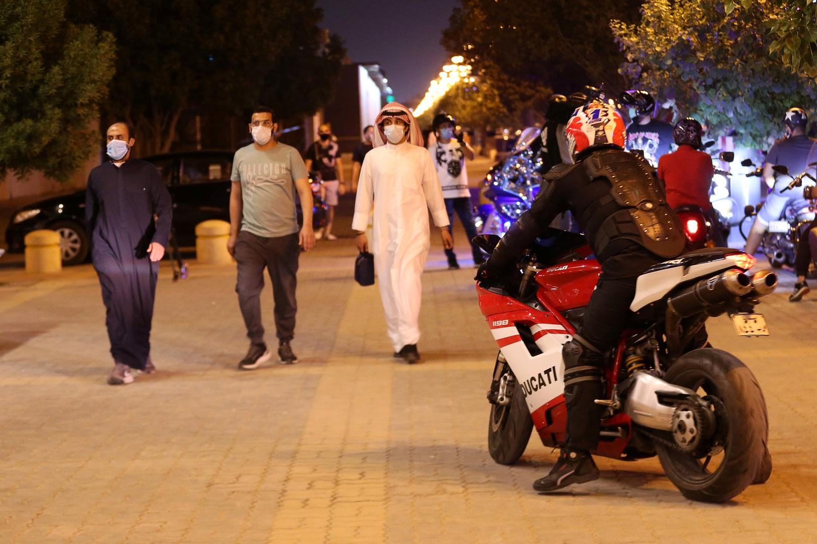 سعوديون في أحد شوارع العاصمة الرياض