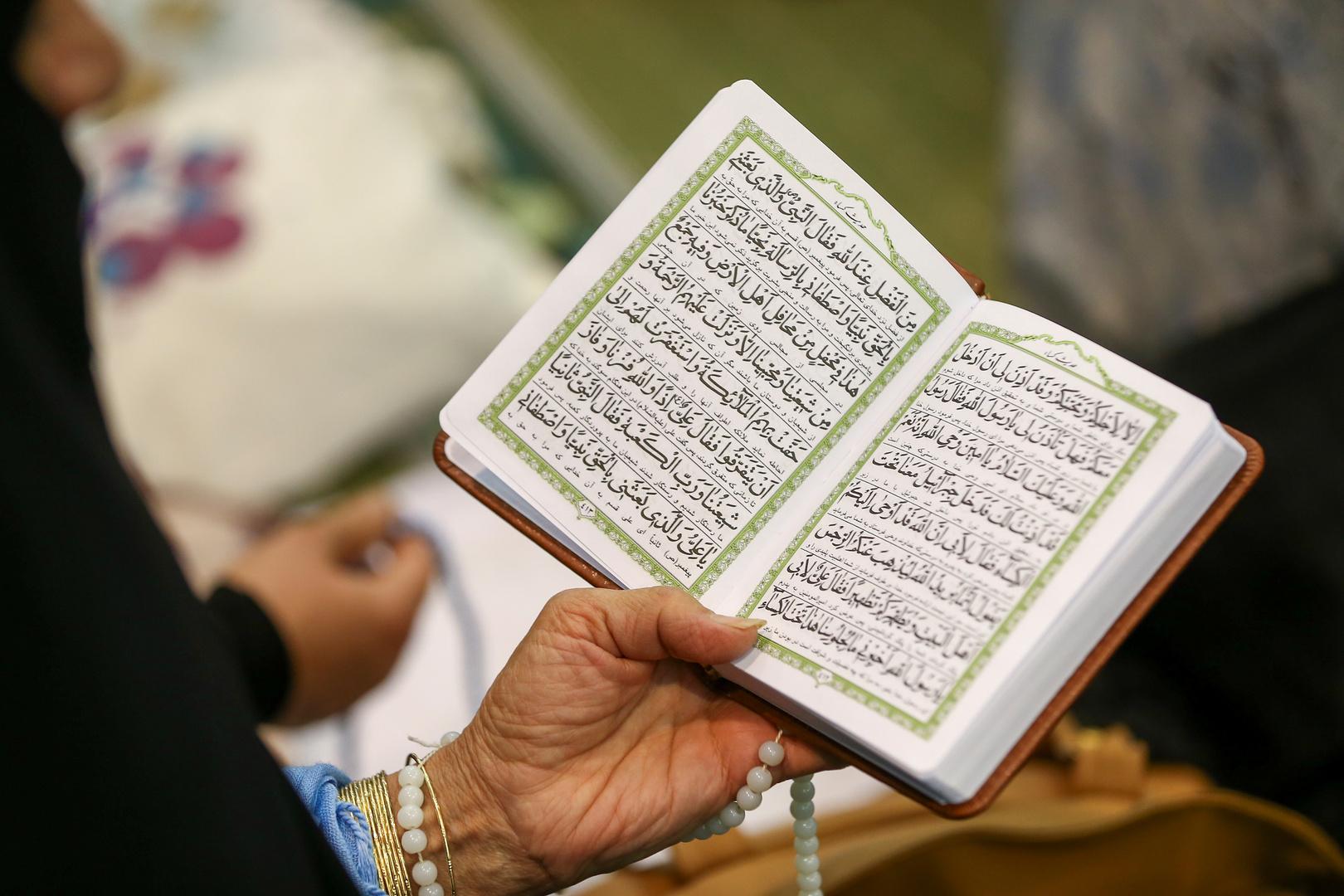 سوري يخط نسخة عملاقة من القرآن الكريم بأدوات بسيطة (صورة)