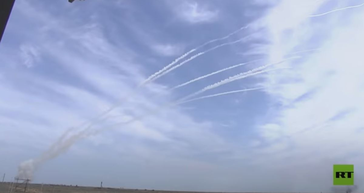 منظومات اس-400 و بانتسير-اس تطلق صواريخ على أهداف جوية