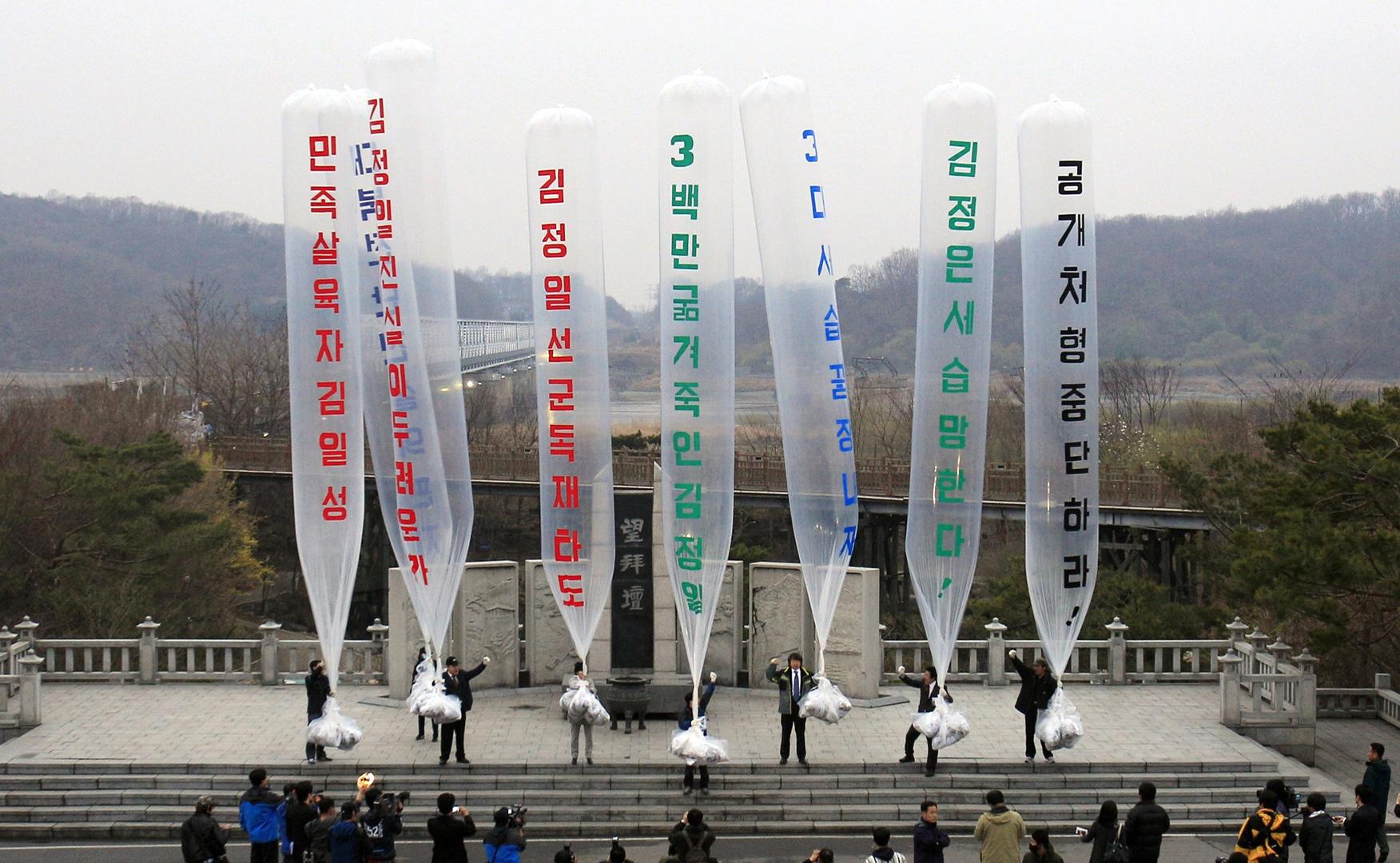 عبر الحدود الكورية.. ناشط كوري شمالي ينتهك القانون ويوزع مناشير بالمنطاد ضد كوريا الشمالية وزعيمها