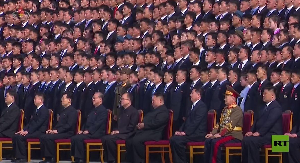 كيم جونغ أون يلتقط صورة جماعية مع آلاف الكوريين الشماليين