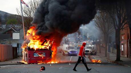 محتجون في ايرلندا الشمالية يحرقون حافلة.. وجونسون يدعو للتهدئة