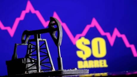 النفط يرتفع بفعل تعافي الاقتصاد العالمي والمخزونات الأمريكية تكبحه