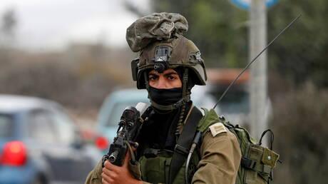 القوات الإسرائيلية تعتقل 25 فلسطينيا بالضفة الغربية فجرا