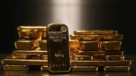 الذهب يهبط مع صعود الدولار وعوائد السندات