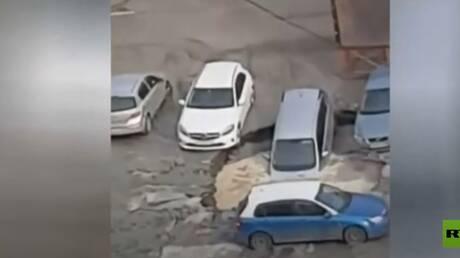 شاهد.. حفرة من الماء المغلي تبتلع 3 سيارات