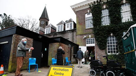 بريطانيا تبحث إلزام موظفي دور الرعاية بلقاح كورونا