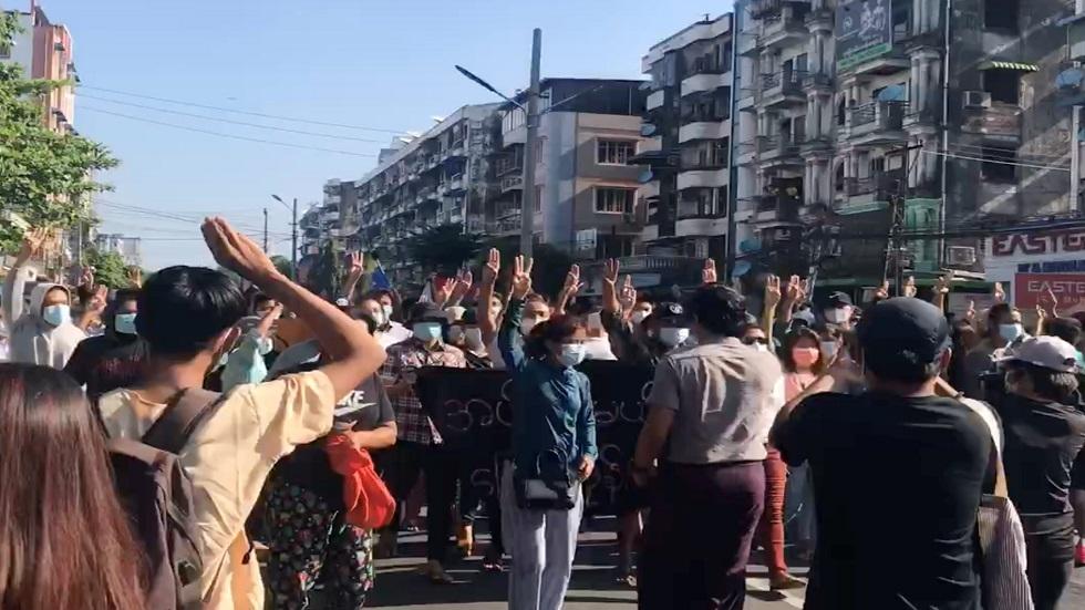 ميانمار.. تظاهرات بالآلاف وسط تقارير عن وقوع قتلى
