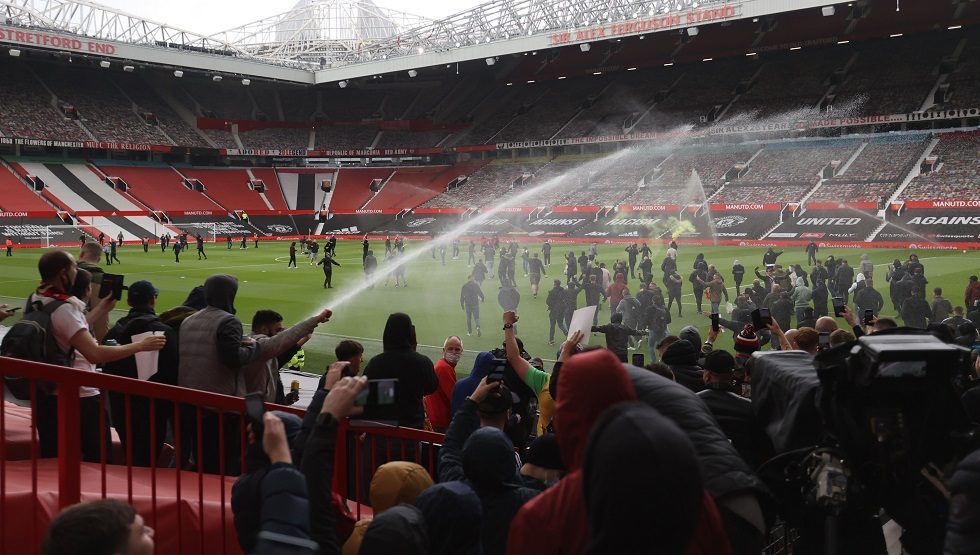"""تأخر مباراة ليفربول بسبب اقتحام جماهير مانشستر يونايتد ملعب """"أولد ترافورد"""" (فيديو)"""