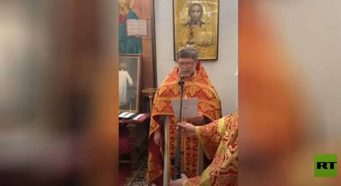 شاهد.. قس روسي يتلو آيات الإنجيل بالعربية أثناء قداس عيد الفصح في موسكو