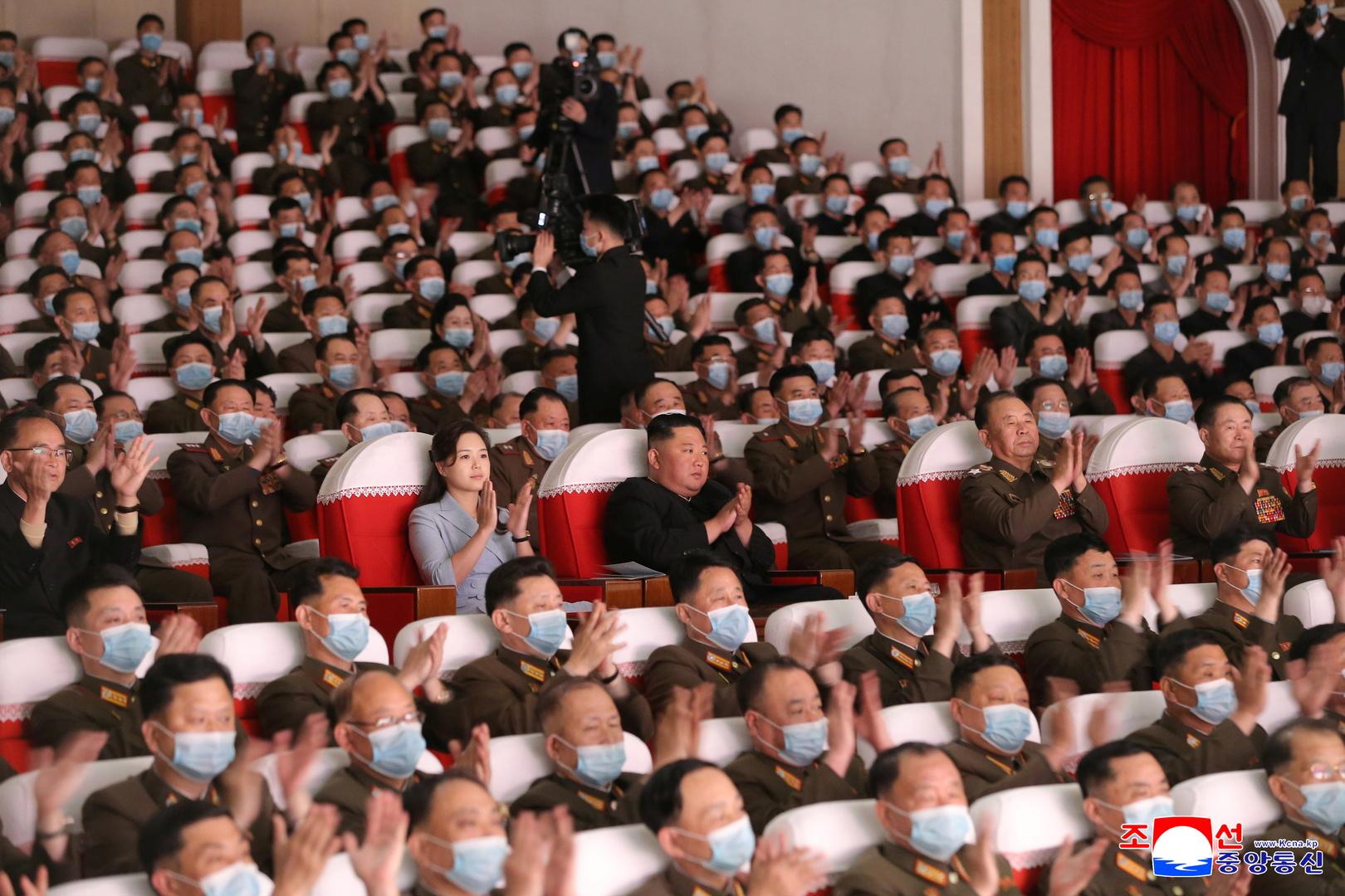 الزعيم الكوري الشمالي وزوجته يحضران عرضا فنيا